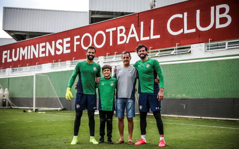 José Agostinho Becker (i gråt) døde onsdag. Han er far til Liverpool-målmanden Alisson (th..) og Fluminenses ditto, Muriel (tv.).