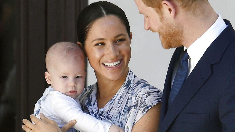 Prins Harry og hertuginde Meghan med deres søn, Archie.