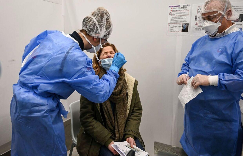 Myndighederne opfordrer til flere tests i områder med stigende smitte. (Photo by BERTRAND GUAY / AFP)