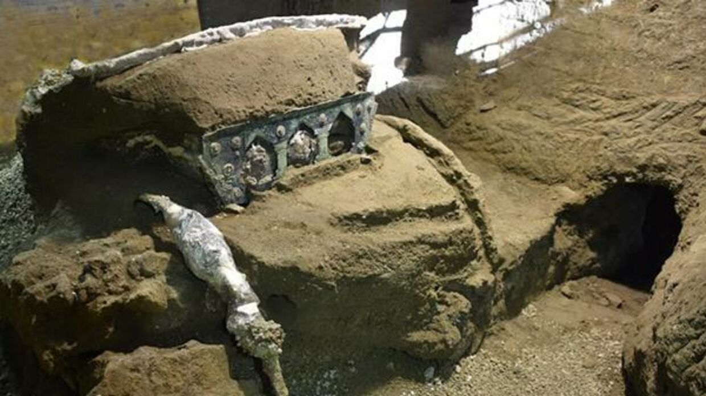 Arkæologer har udgravet en smuk paradevogn ved en villa lidt nord for Pompeji.