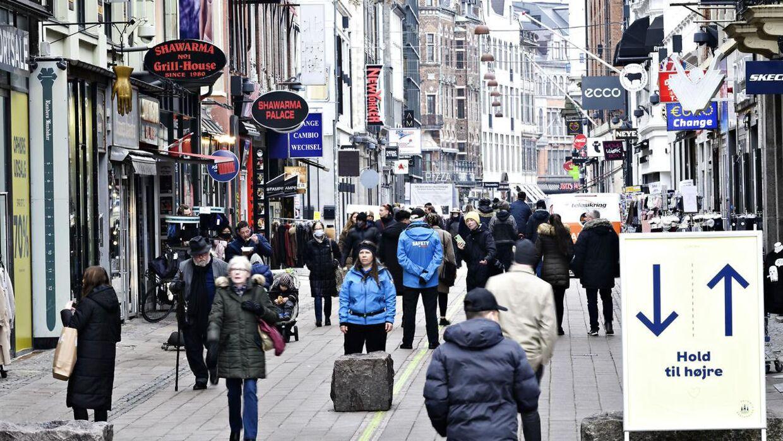 I mere end to måneder har Strøget i København været forholdvist affolket, men med butikkernes genåbning i dag kom der igen mennesker i gaden. Foto: Philip Davali/Ritzau Scanpix