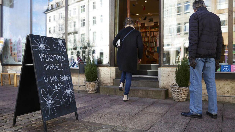 I gågaden i Aarhus blev kunderne taget godt imod med velkomstskilte. Foto: Mikkel Berg Pedersen/Ritzau Scanpix