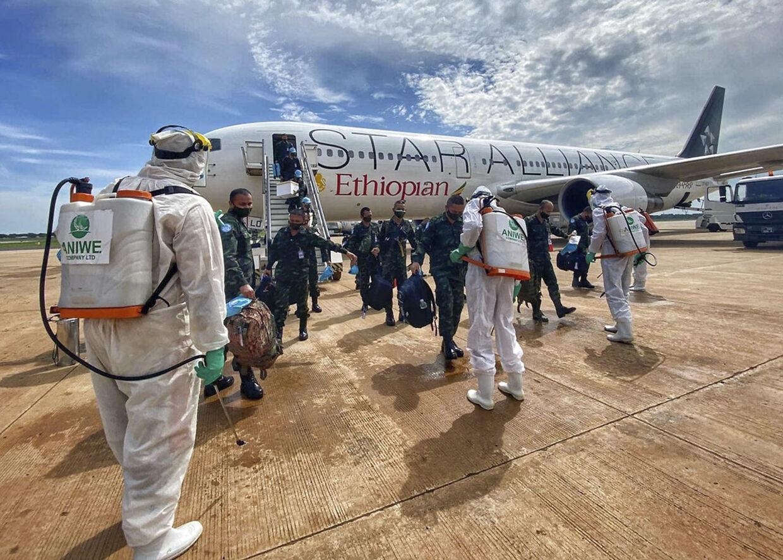 Her er de thailandske tropper på vej hjem fra den fredsbevarende styrke i Sydsudan. Thailands hær kunne afsløre at 23 soldater havde coronavirus-smitte da de kom hjem.