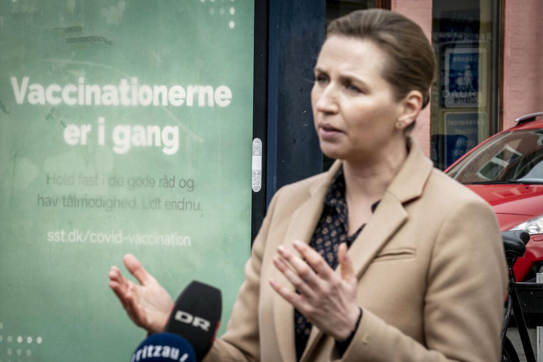 Statsminister Mette Frederiksen (S) møder butiksejere som genåbner deres butikker i Helsingør, mandag den 1. marts 2021. Butikkerne genåbner efter flere måneders nedlukning grundet frygt for coronasmitte, covid-19.