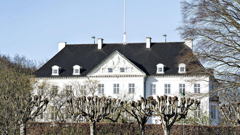 Der flages ved Marselisborg Slot i anledning af dronning Margrethes fødselsdag i Aarhus, torsdag den 16. april 2020. Fejringen af dronningens 80-års fødselsdag er aflyst på grund af frygt for smittefare af coronavirus / COVID-19. Selve slotsparken er lukket på grund af coronasituationen.. (Foto: Henning Bagger/Ritzau Scanpix)