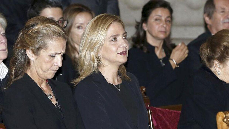 Cristina de Borbon (højre) og hendes søster Elena ved en begravelse i 2015.