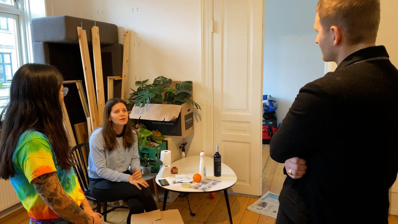 Natalia Torres Di Bello og veninden Laura Milena Forero, som læser sin ph.d. på Københavns Universitet, har boet i lejligheden på Frederiksbeg med deres kærester. Nu har de alle fire fundet en ny lejlighed sammen.