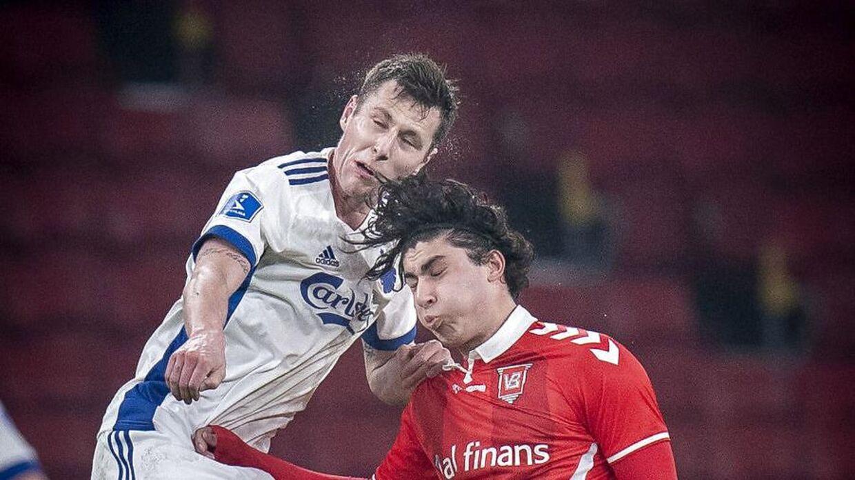 Wahid Faghir og Lukas Lerager hopper efter en bold i opgøret mellem FC København og Vejle Boldklub.