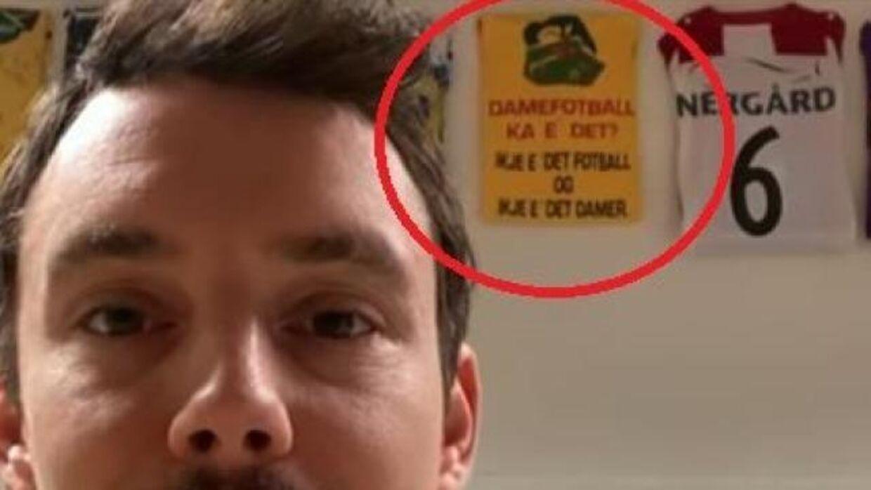 'Kvindefodbold, hvad er det? Det er ikke fodbold, og det er ikke kvinder,' står der på den gule T-shirt.