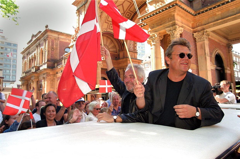Dagen efter sejren i Det Internationale Melodi Grand Prix 2000 i Stockholm, kørte Brødrene Olsen i triumftog gennem Tivoli.