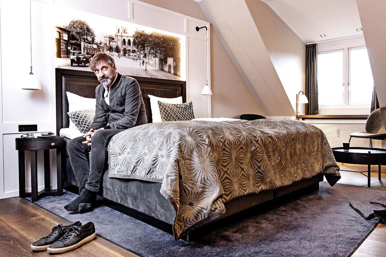 Martin Brygmann på sit værelse på Hotel Ascot. Søndag tager han skoene på og kører hjem til sin familie igen.