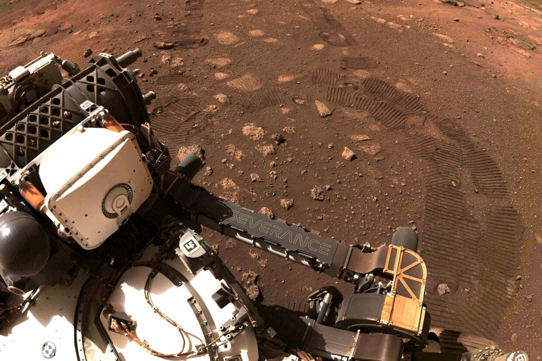 Nasas rumkøretøj Perseverance ses her under den første prøvekørsel. Nasa/Jpl-Caltech/Reuters