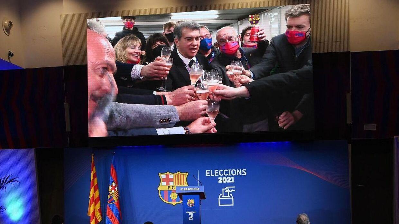 Joan Laporta skåler, efter han søndag vandt præsidentvalget i den spanske storklub FC Barcelona.