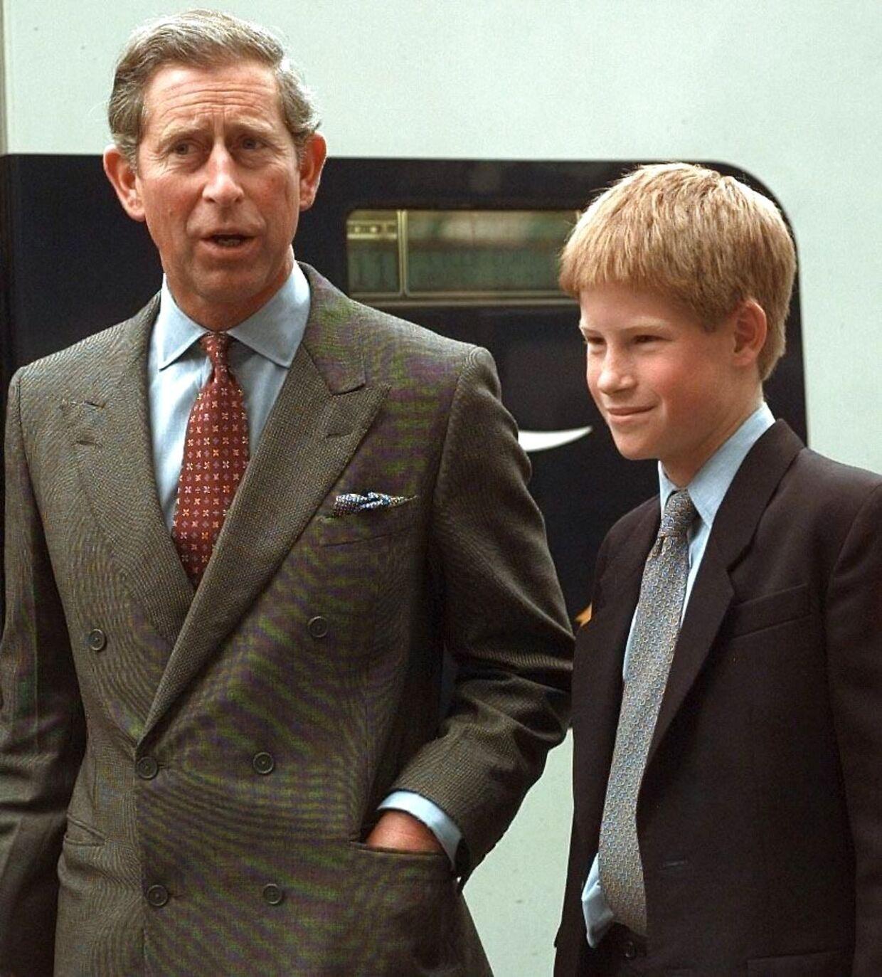 ARKIVFOTO af prins Charles og prins Harry.