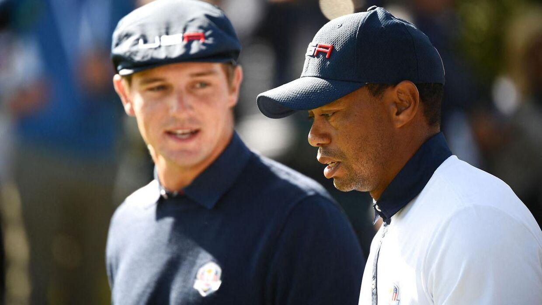 Tiger Woods (th.) og Bryson DeChambeau under en turnering i 2018.
