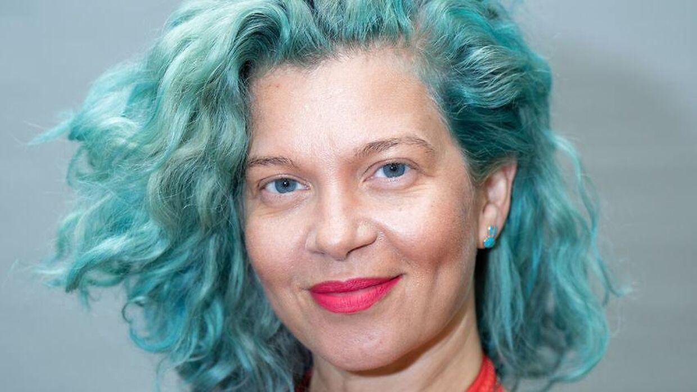 Radiovært Sara Bro har selv oplevet ikke at føle sig ligestillet mænd, derfor opfordrer hun kvinder, til at være bevidst om, at de også har og fortjener magt.
