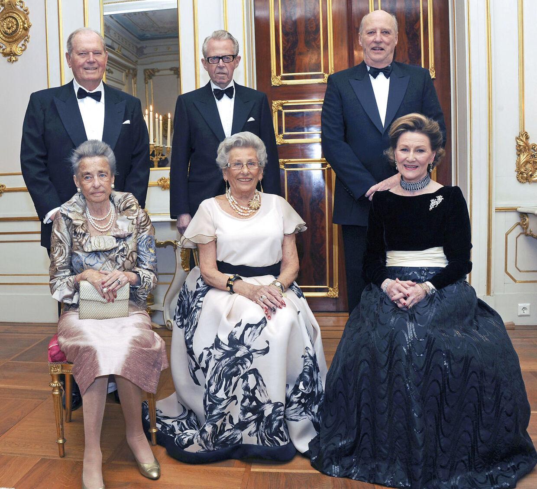 Til højre kong Harald og hans hustru. I venstre side står prinsesse Ragnhild og Erling Sven Lorentzen