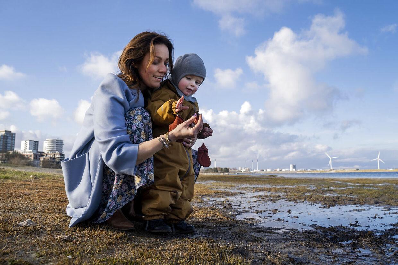 Lisbeth Østergaard fotograferet med sin søn ved Amager Strandpark i København.