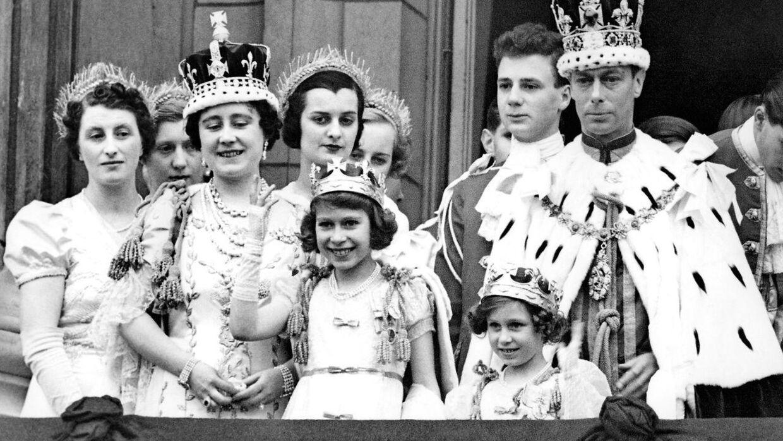 Det britiske kongehus er langt mere velhavende end det danske. Her ses dronning Elizabeth i 1937, da hun stadig kun var prinsesse. Til venstre ses hendes mor, dronning Elizabeth, mens hendes far, kong George, og lillesøster, prinsesse Margaret, ses til højre.