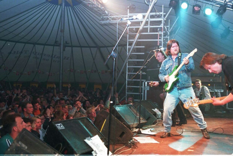 25 år siden. Helt ude til højre er det Nello. Johnny Madsen Band på Scene Syd fredag nat.