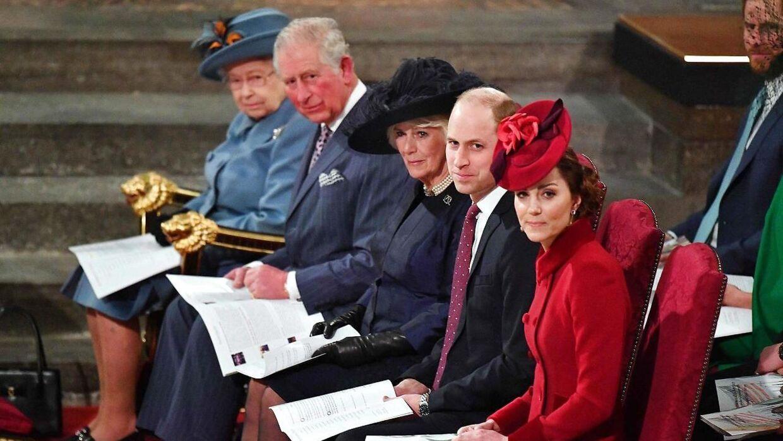 Gryden er forsat i kog i England, hvor ingen endnu kender udfaldet af balladen mellem kongehuset og Harry og Meghan.