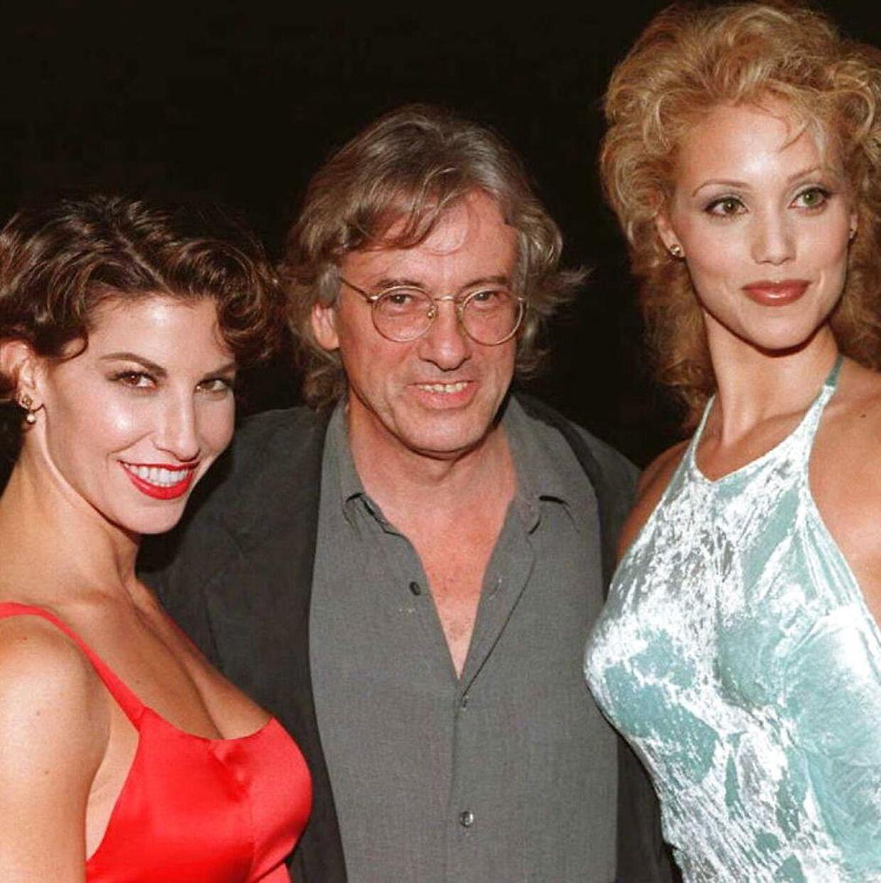 Instruktør Paul Verhoeven sammen med Gina Gershon og Elizabeth Berkley fotograferet i forbindelse med premieren på 'Showgirls' fra 1995.
