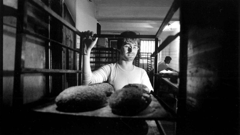 Johannes Hessellund har været i bagerbranchen i mange år. Her er han i en af sine Det Rene Brød-butikker tilbage i 1996.
