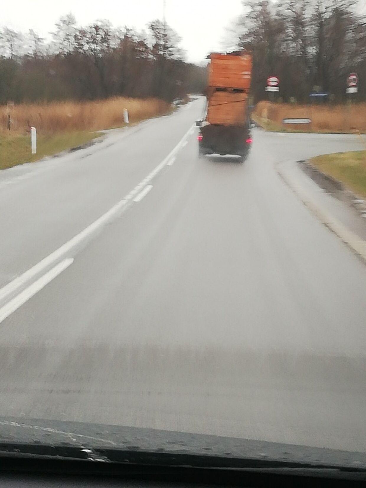 Det var dette syn, der foruroligede Per Larsen, da han mødte den hårdt læssede ladvogn.