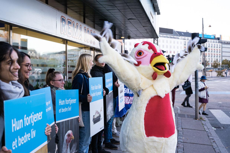 Anima demonstrerede foran flere Rema 1000-butikker i efteråret 2020.