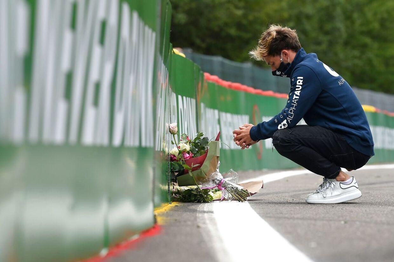 Pierre Gasly lægger blomster ved det sted, hvor hans ven Antoine Hubert omkom. (Photo by JOHN THYS / AFP)