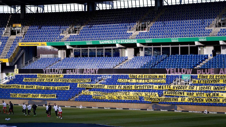 De mange politiske bannere på Brøndby Stadion ved opgøret mellem Brøndby og AGF.