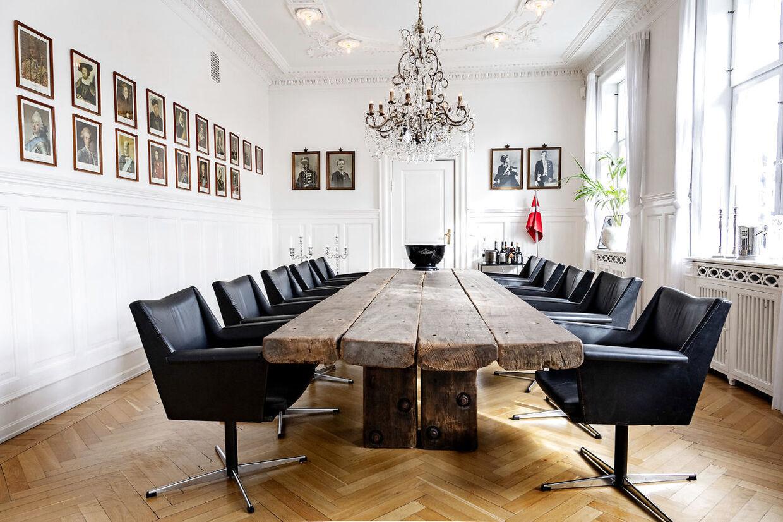 Den store spisestue, hvor Jesper Buch har kongerækken hængende på væggen.
