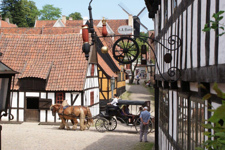 Den Gamle By i Aarhus. Her krydser direktøren fingre for, at der gemmer sig tilskud til museer i den kommende sommerpakke.