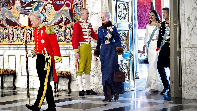 Hofmarskalen er med ved store arrangementer, hvor han tager imod Dronningen eller som her går foran hende.