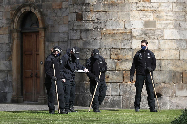 Politiet undersøger græs og krat omkring slottet.
