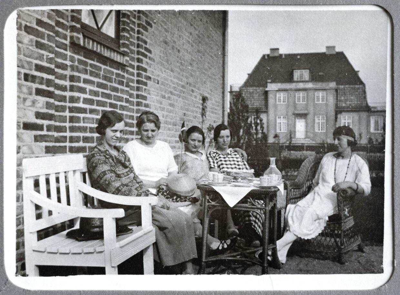 Her ses Det Hvide Hus på et privatfoto fra 1924. Kvinderne i familien overfor drikker te, og i baggrunden ses Det Hvide Hus, som dengang var gult.