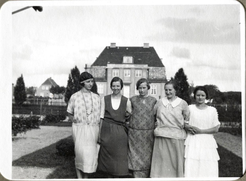 Her ses huset på et privatfoto fra 1924. Kvinderne i familien overfor stiller op til foto, og i baggrunden ses Det Hvide Hus, som på dette tidspunkt var gult.