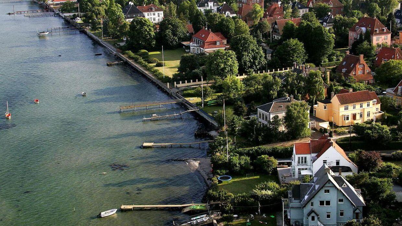 Der er lækkert langs Øresundskysten i Hellerup, og det afspejles også i priserne på villaerne.