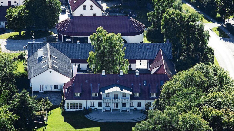 Rigmanden Christian Kjær boede flere årtier på Sandbjerggaard tæt på Vedbæk. Men nu er gården sat til salg til 52 millioner kroner.