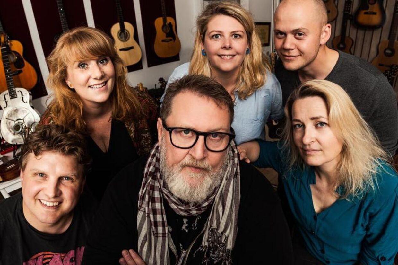 Alex Nyborg Madsen omgivet af sine musikalske venner. De giver facebook-koncert lørdag kl. 20:00.