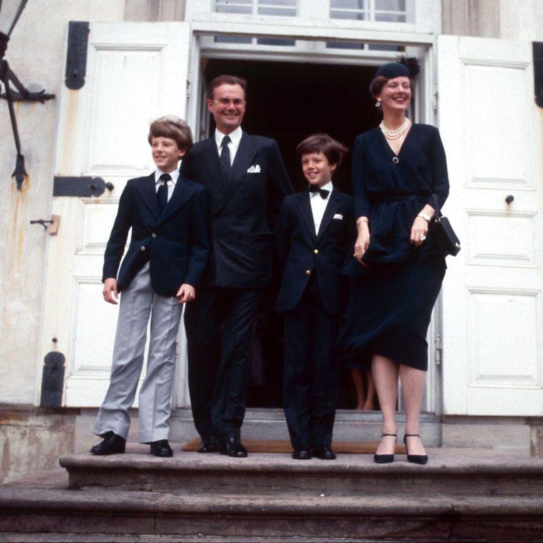 Regentfamilien samlet foran Fredensborg Slot ved kronprins Frederiks konfirmation for 40 år siden.