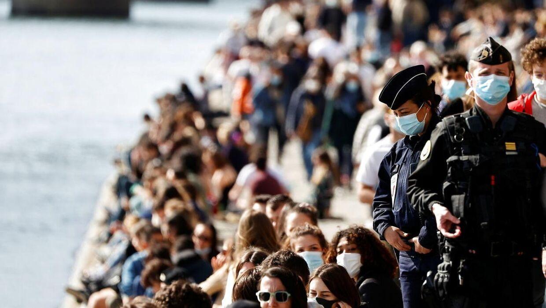 Betjente patruljerer i Paris. Billedet her er fra 28. marts 2021.