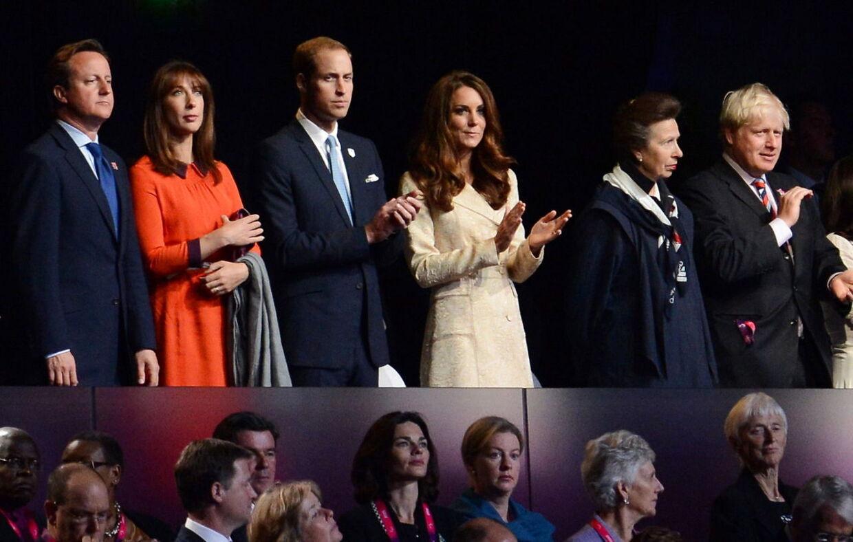 Brois Johnson (th.) ved åbningsceremonien ved de paralympiske lege i 2012. Ved siden af ham sidder prinsesse Anne, hertuginde Catherine og prins William.