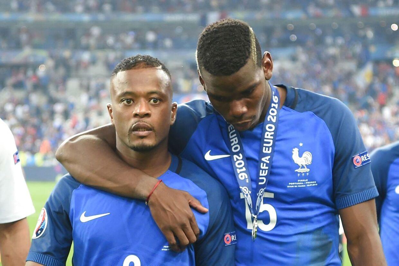 Patrice Evra og Paul Pogba (th.) er skuffede. De har lige tabt EM-finalen i 2016 mod Portugal.