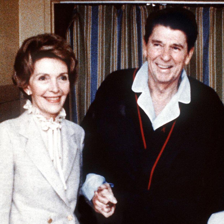 Nancy og Ronald Reagan fotograferet på hospitalet fire dage efter angrebet.