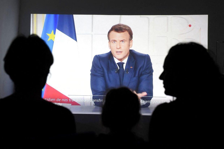 »Jeg ved, at jeg beder jer om meget. Men vi ville ikke gøre det, hvis det ikke var absolut nødvendigt,« siger præsident Macron med direkte adresse til de franske forældre.