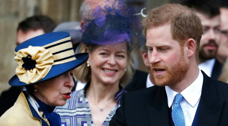Prinsesse Anne og prins Harry i samtale ved et bryllup i 2019. Inden nogen talte om racismebeskyldninger i kongehuset Foto Frank Augstein / POOL / AFP)