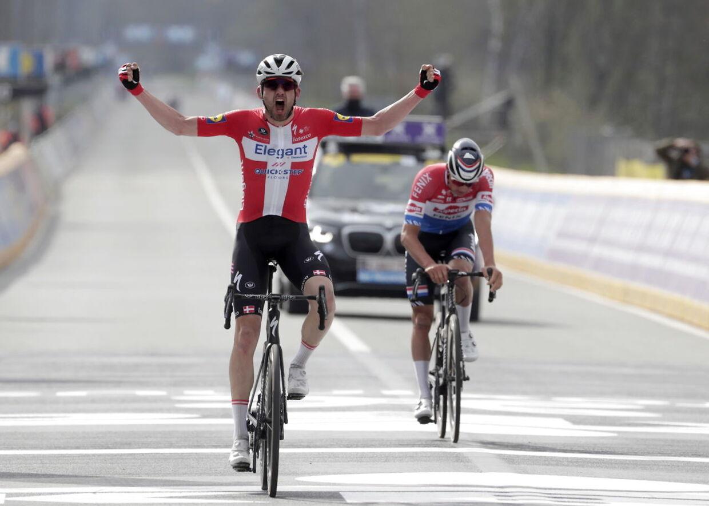 Kasper Asgreen ordnede Mathieu van der Poel i spurten og vandt Flandern Rundt.