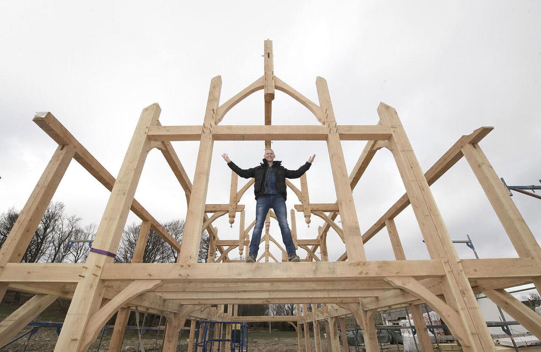 400 kubikmeter træ. Så meget skal der bruges til at bygge Jim Lyngvilds kommende hjem i Korinth - Ravnsborg. Det bliver en stavkirke-inspireret vikingeborg på 400 kvadratmeter, der er otte meter høj og har snoede søjler og drager på taget
