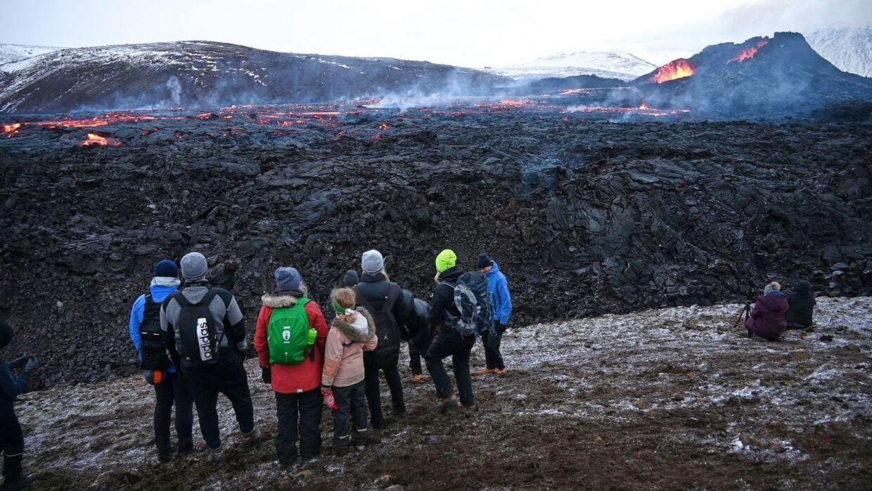 Vulkanen på halvøen Reykjanes har besøg af nogle turister den 28. marts 2021.